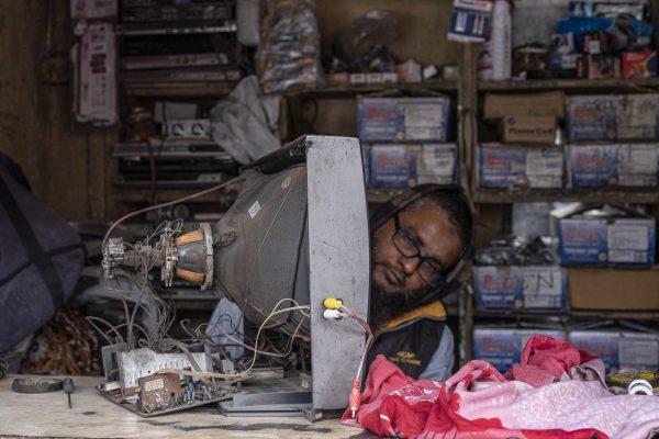 tv man store India New Delhi street photography Photographer Jose Jeuland FUJIFILM GFX50R travel