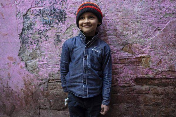 kid pink wall India New Delhi street photography Photographer Jose Jeuland FUJIFILM GFX50R travel