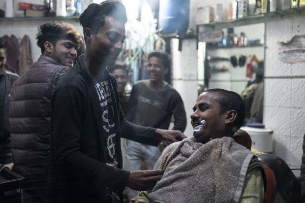 barber shop men India New Delhi street photography Photographer Jose Jeuland FUJIFILM GFX50R travel