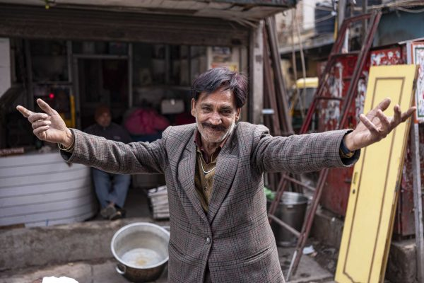 happy man India New Delhi street photography Photographer Jose Jeuland FUJIFILM GFX50R travel