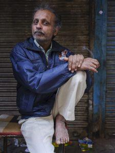 man smoking India New Delhi street photography Photographer Jose Jeuland FUJIFILM GFX50R travel