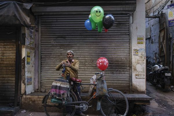 ballon man for kids India New Delhi street photography Photographer Jose Jeuland FUJIFILM GFX50R travel