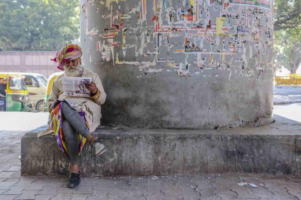 man reading India New Delhi street photography Photographer Jose Jeuland FUJIFILM GFX50R travel