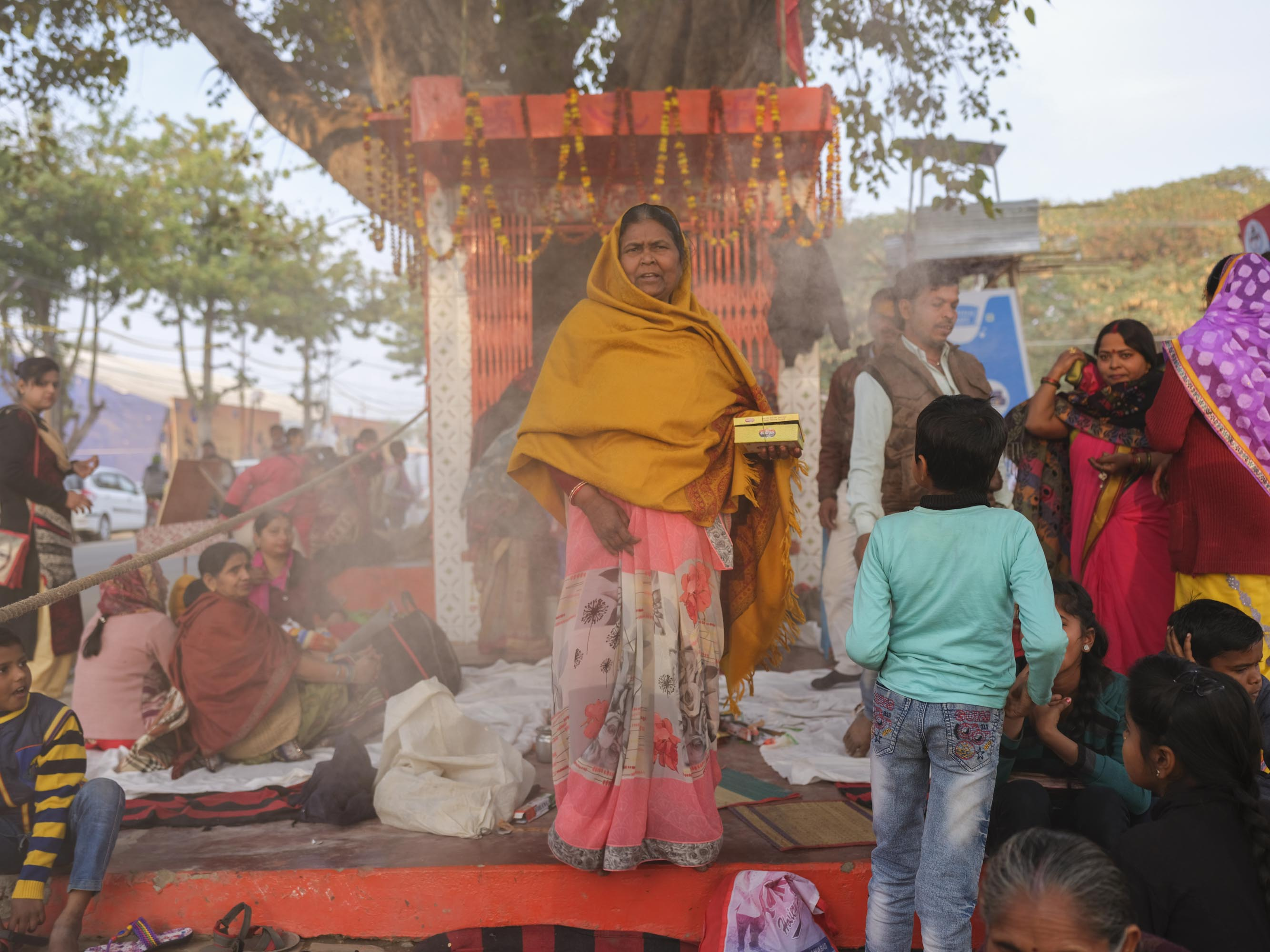 small temple celebration women kids pilgrims Kumbh mela 2019 India Allahabad Prayagraj Ardh hindu religious Festival event rivers photographer jose jeuland photography