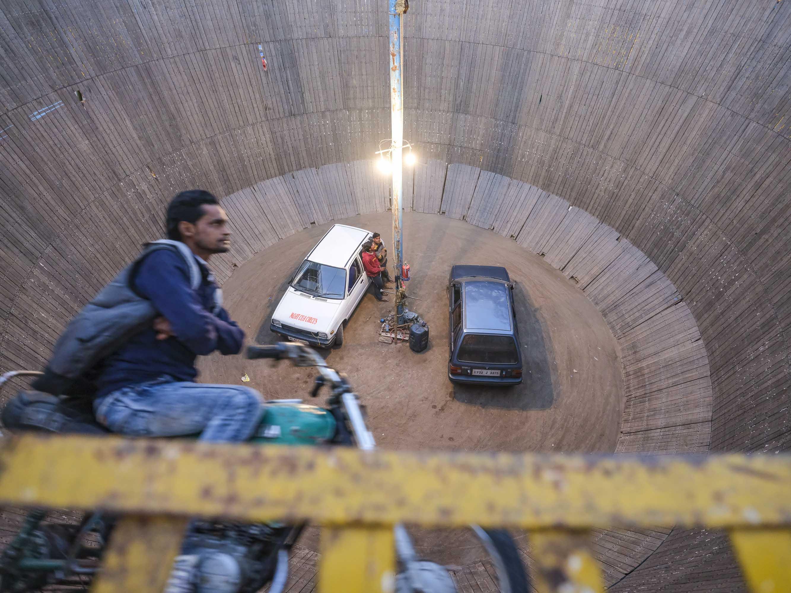 motor guy death wall pilgrims Kumbh mela 2019 India Allahabad Prayagraj Ardh hindu religious Festival event rivers photographer jose jeuland photography