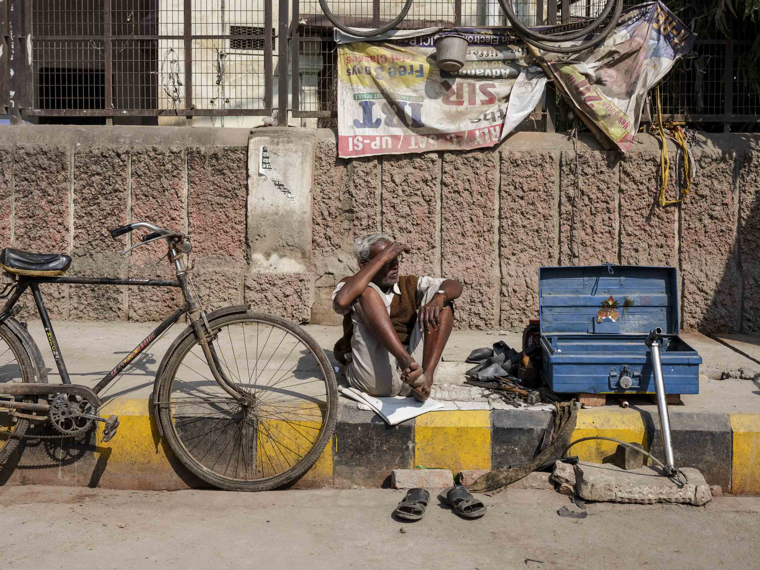 repair bike city pilgrims Kumbh mela 2019 India Allahabad Prayagraj Ardh hindu religious Festival event rivers photographer jose jeuland photography