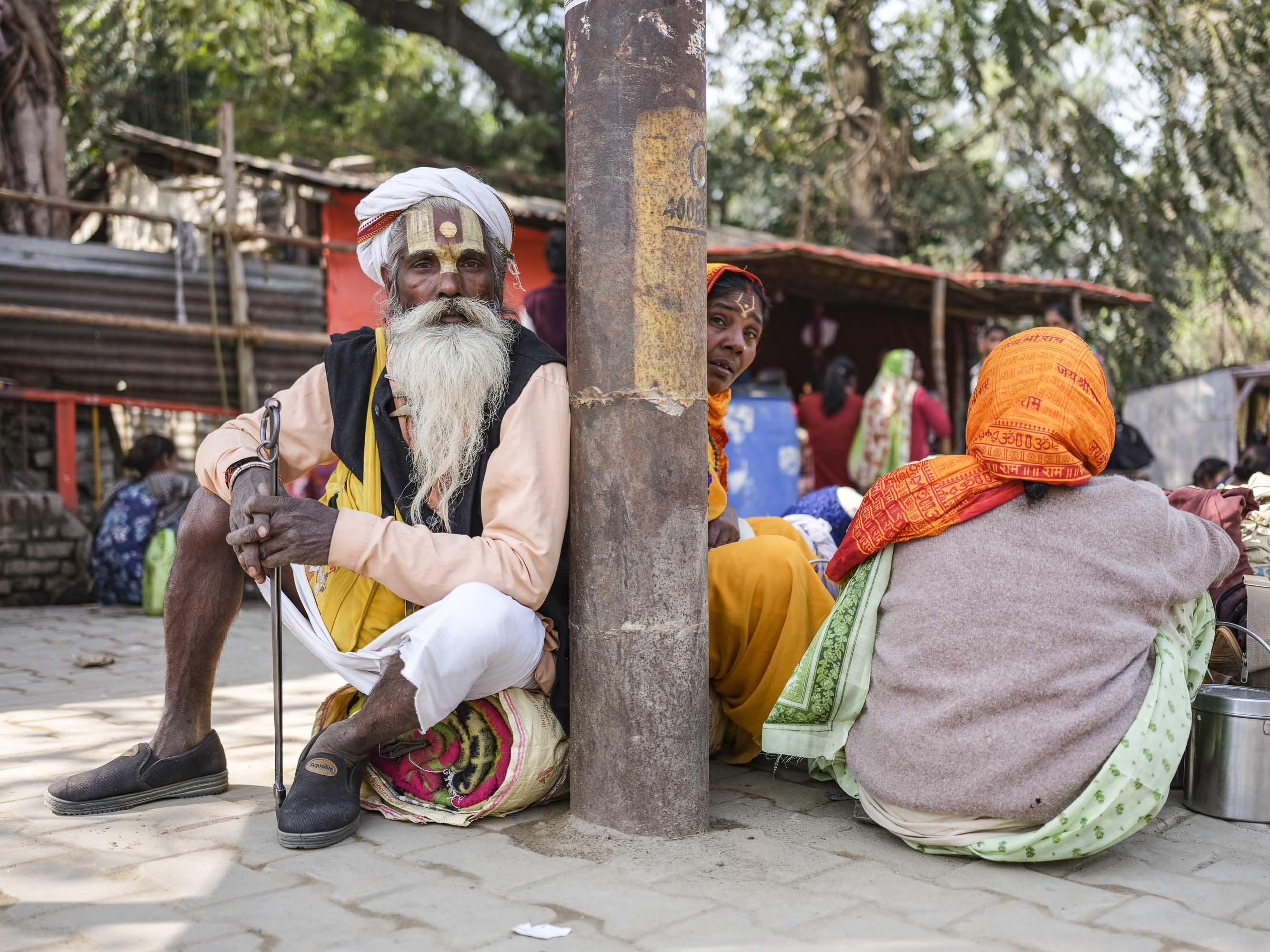 family waiting tug tuk pilgrims Kumbh mela 2019 India Allahabad Prayagraj Ardh hindu religious Festival event rivers photographer jose jeuland photography