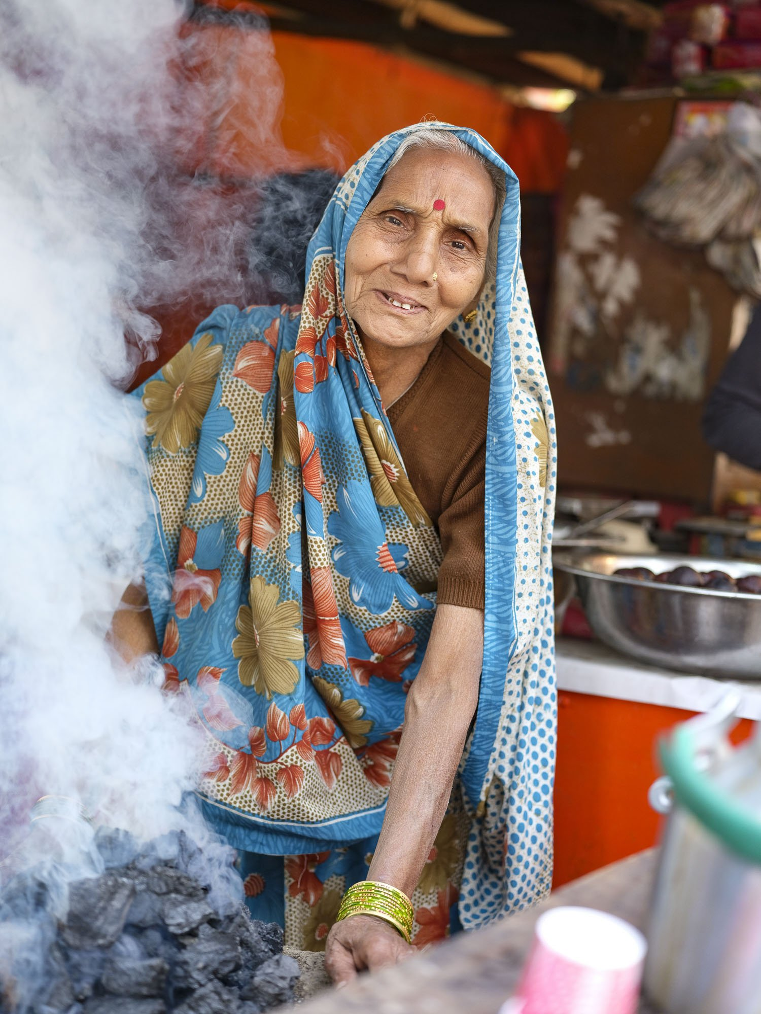 old lady cooking pilgrims Kumbh mela 2019 India Allahabad Prayagraj Ardh hindu religious Festival event rivers photographer jose jeuland photography