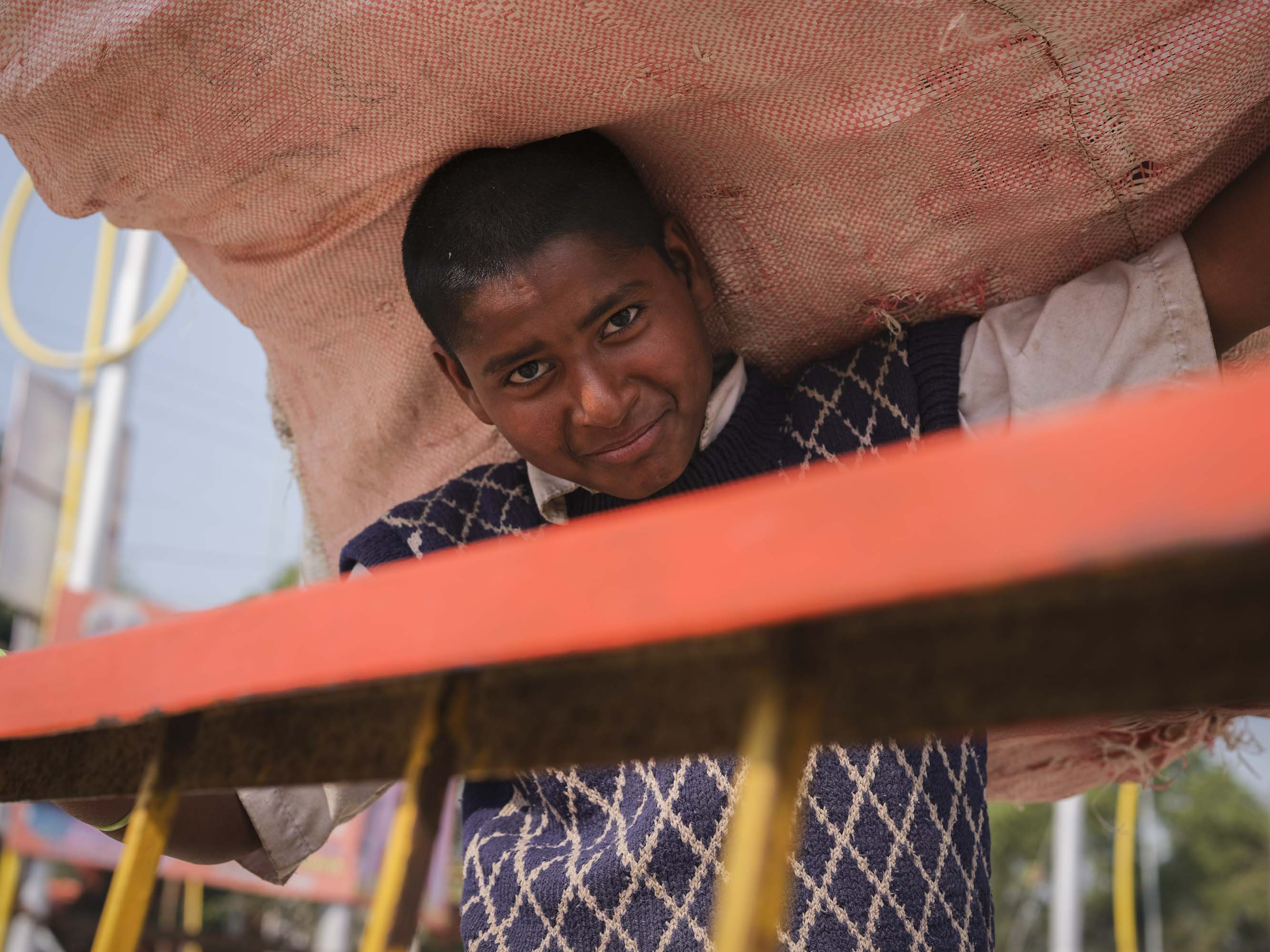 kid working pilgrims Kumbh mela 2019 India Allahabad Prayagraj Ardh hindu religious Festival event rivers photographer jose jeuland photography