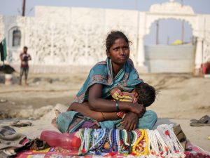 kid drinking breastfeed women market pilgrims Kumbh mela 2019 India Allahabad Prayagraj Ardh hindu religious Festival event rivers photographer jose jeuland photography