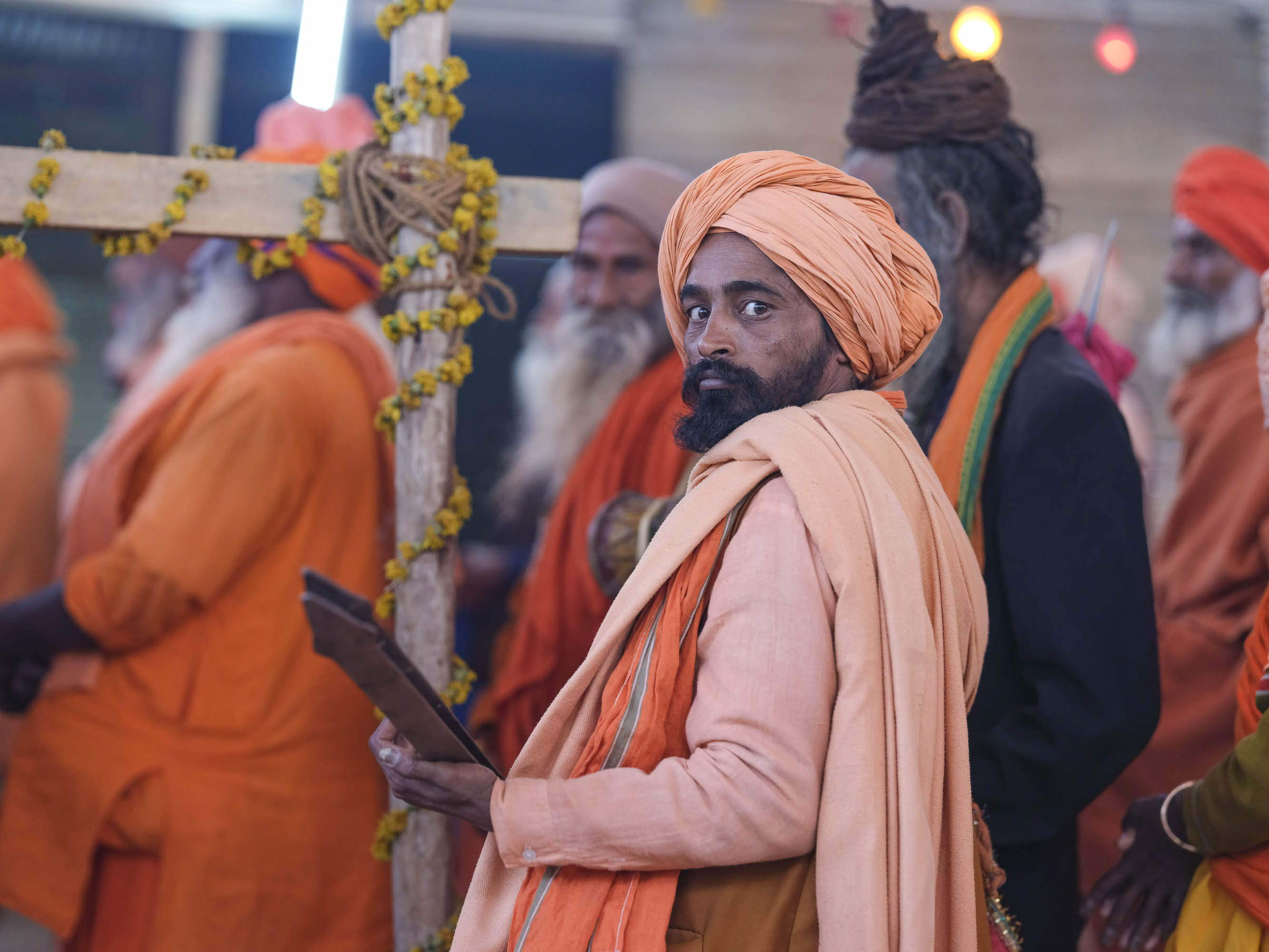 music musicien playing pilgrims Kumbh mela 2019 India Allahabad Prayagraj Ardh hindu religious Festival event rivers photographer jose jeuland photography