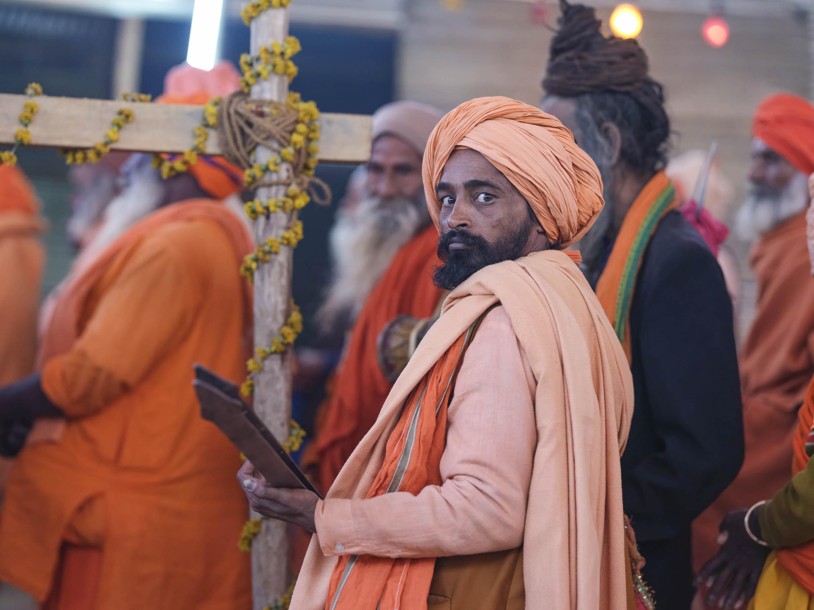 music musicien playing pilgrims Kumbh mela 2019 India Allahabad Prayagraj Ardh hindu religious Festival event rivers photographer jose jeuland photography
