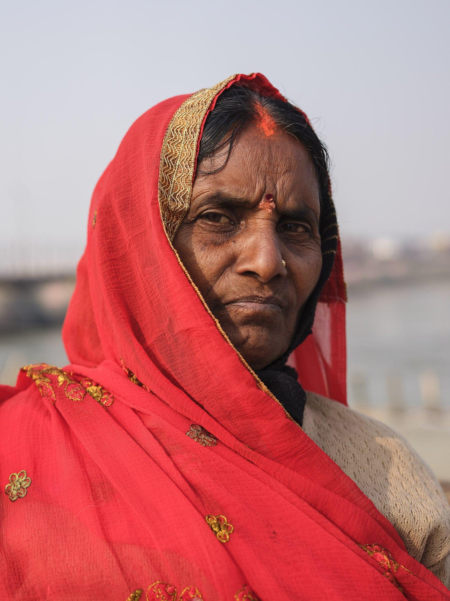 lady red sari pilgrims Kumbh mela 2019 India Allahabad Prayagraj Ardh hindu religious Festival event rivers photographer jose jeuland photography