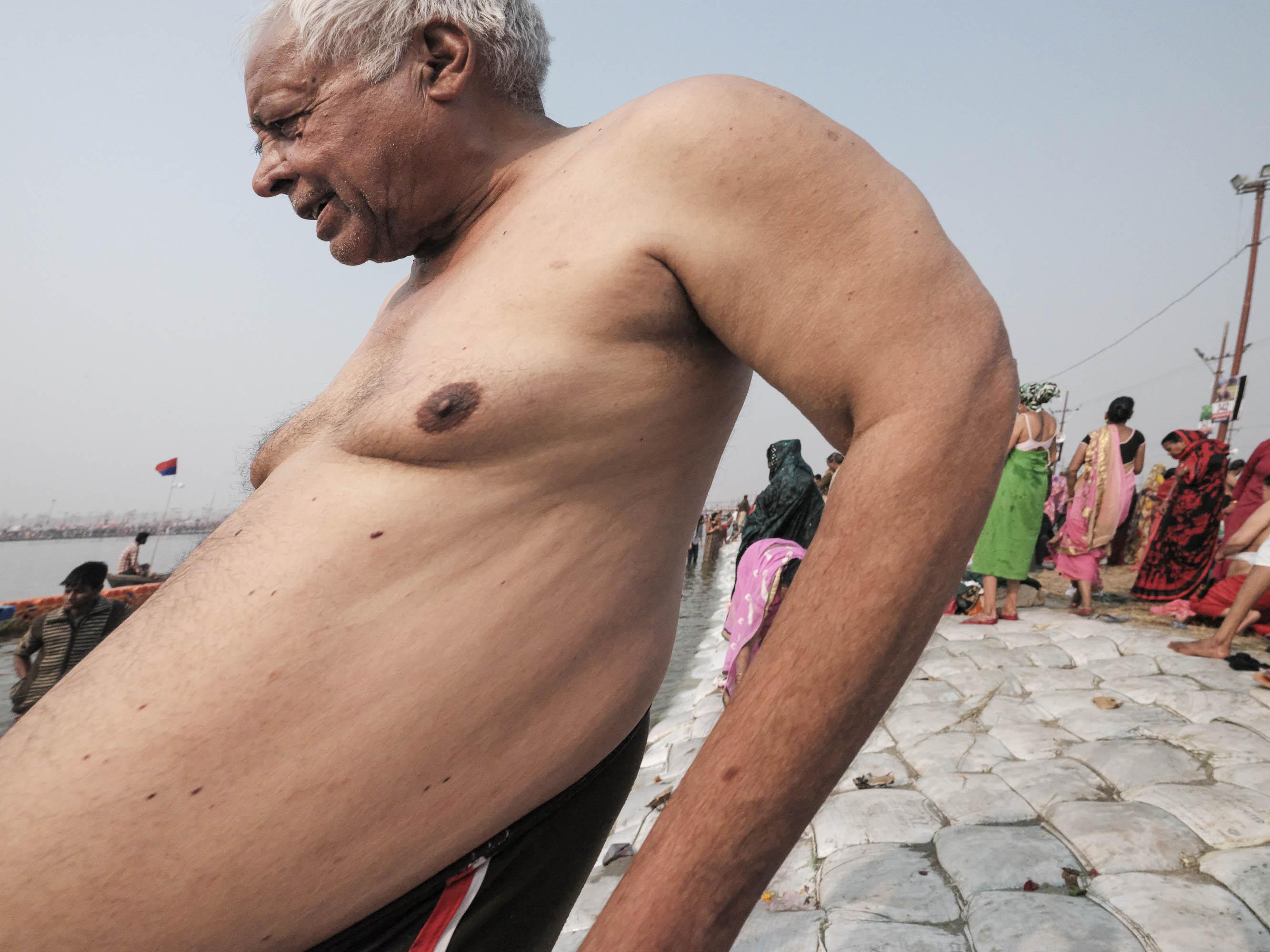 distortion image man bath pilgrims Kumbh mela 2019 India Allahabad Prayagraj Ardh hindu religious Festival event rivers photographer jose jeuland photography