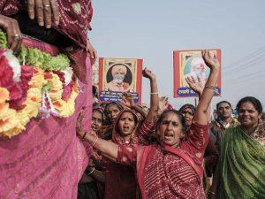 women supporting baba char crowd 4 February pilgrims Kumbh mela 2019 India Allahabad Prayagraj Ardh hindu religious Festival event rivers photographer jose jeuland photography