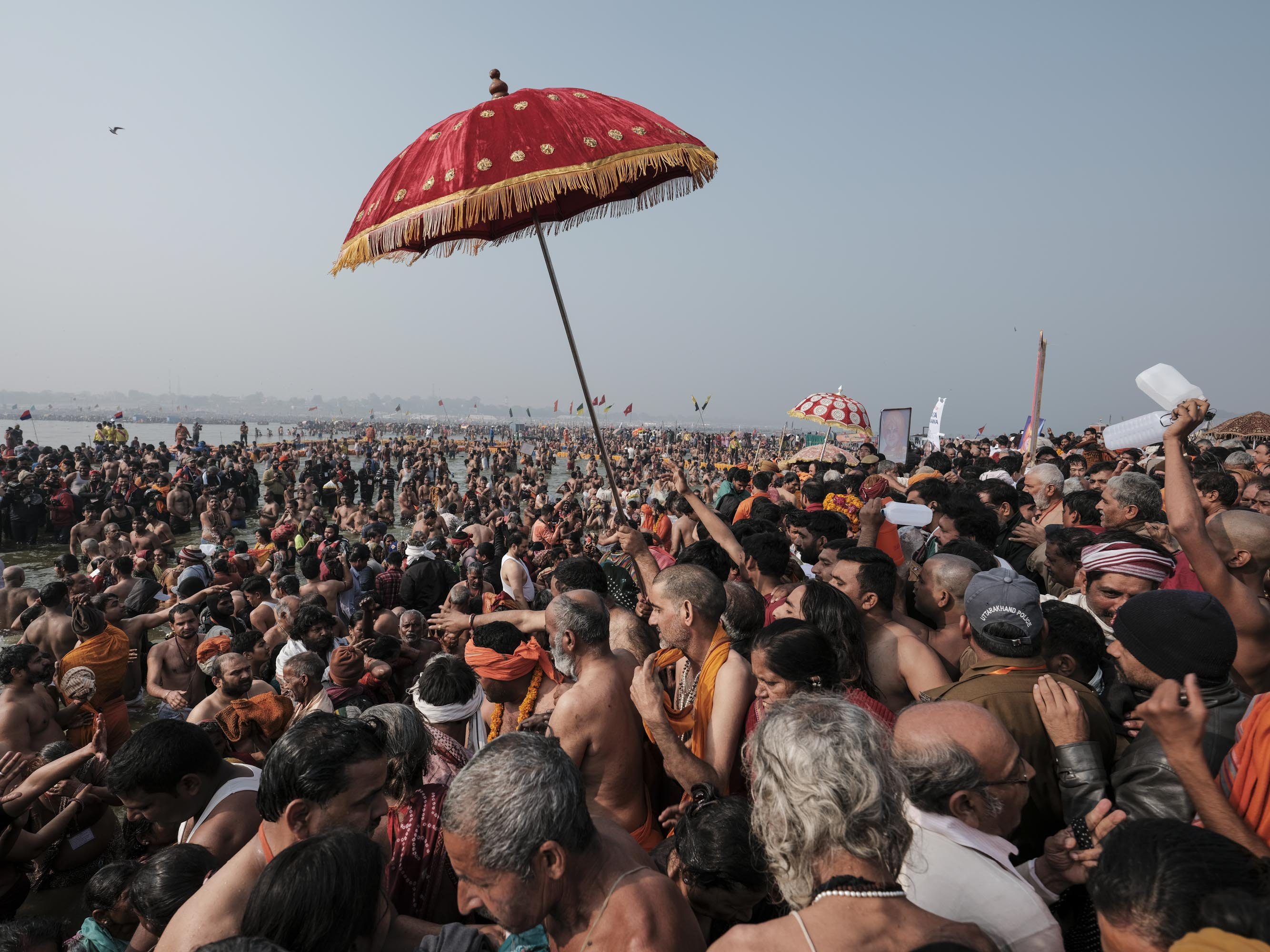 going in the water crowd 4 February pilgrims Kumbh mela 2019 India Allahabad Prayagraj Ardh hindu religious Festival event rivers photographer jose jeuland photography