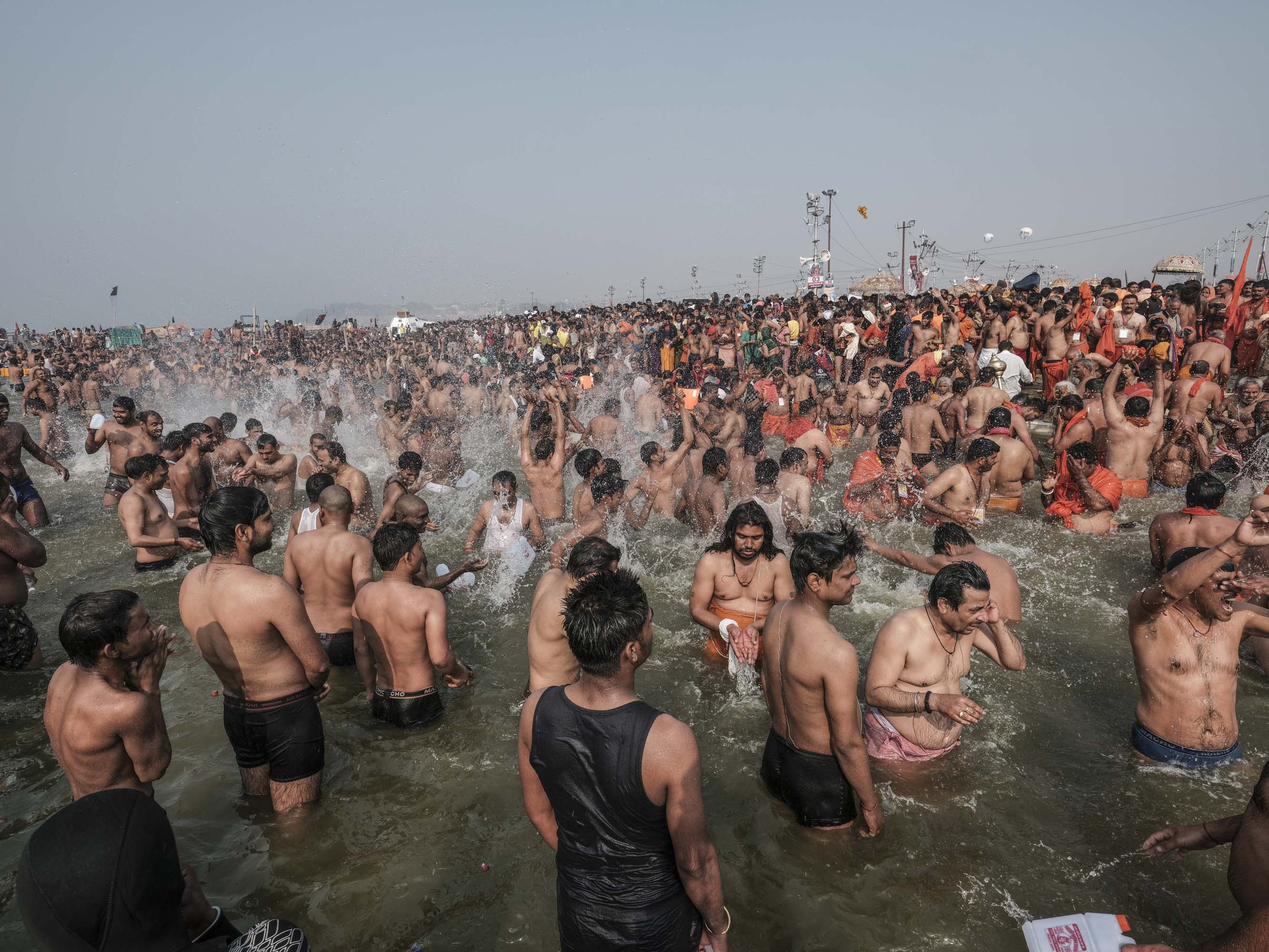 water splash bath crowd 4 February pilgrims Kumbh mela 2019 India Allahabad Prayagraj Ardh hindu religious Festival event rivers photographer jose jeuland photography
