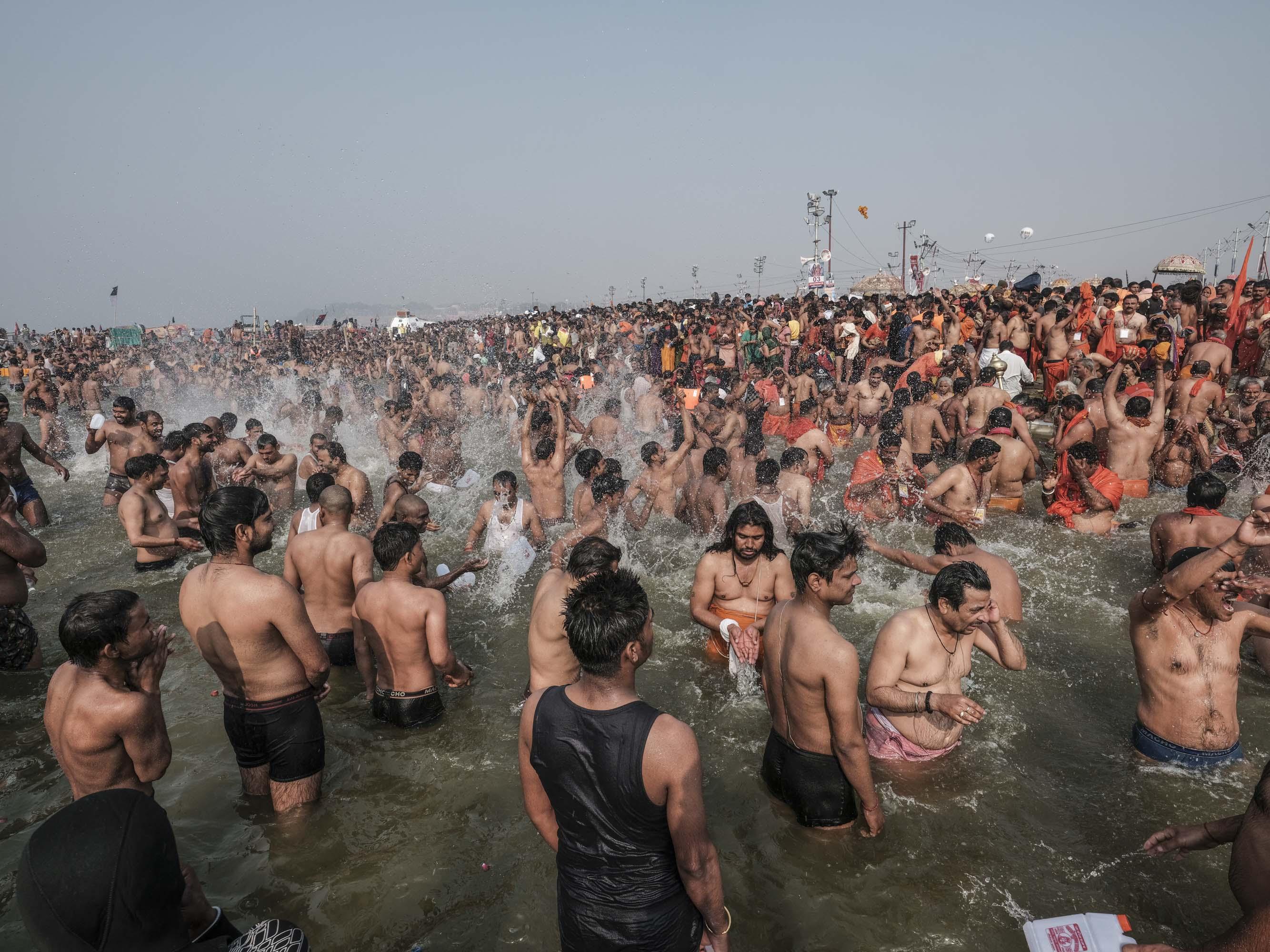 water splash bath crowd 4 February pilgrims Kumbh mela 2019 India Allahabad Prayagraj Ardh hindu religious Festival event rivers photographer jose jeuland photography