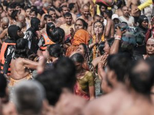transgender prayer bath crowd 4 February pilgrims Kumbh mela 2019 India Allahabad Prayagraj Ardh hindu religious Festival event rivers photographer jose jeuland photography