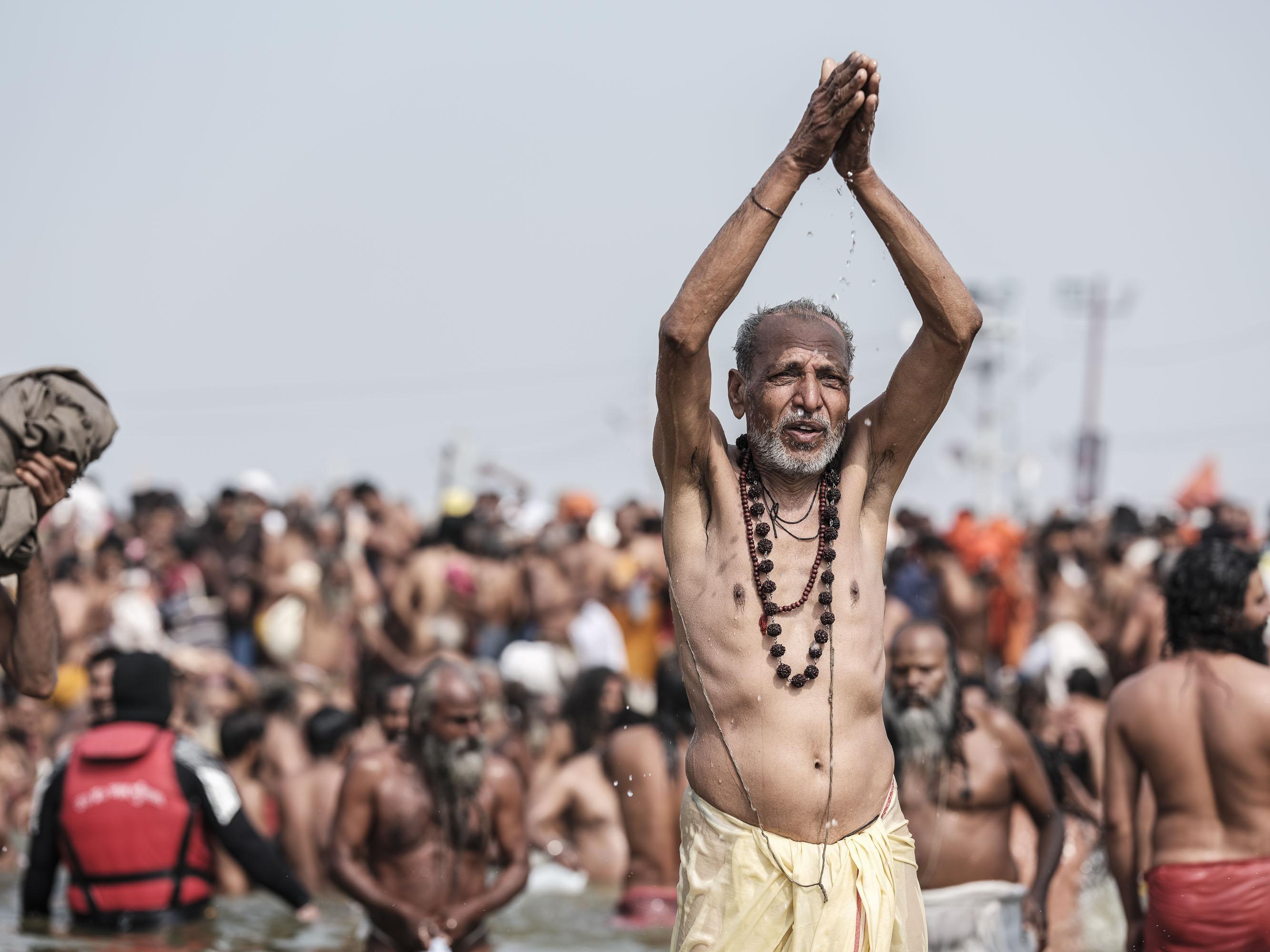 man prayer 4 february pilgrims Kumbh mela 2019 India Allahabad Prayagraj Ardh hindu religious Festival event rivers photographer jose jeuland photography