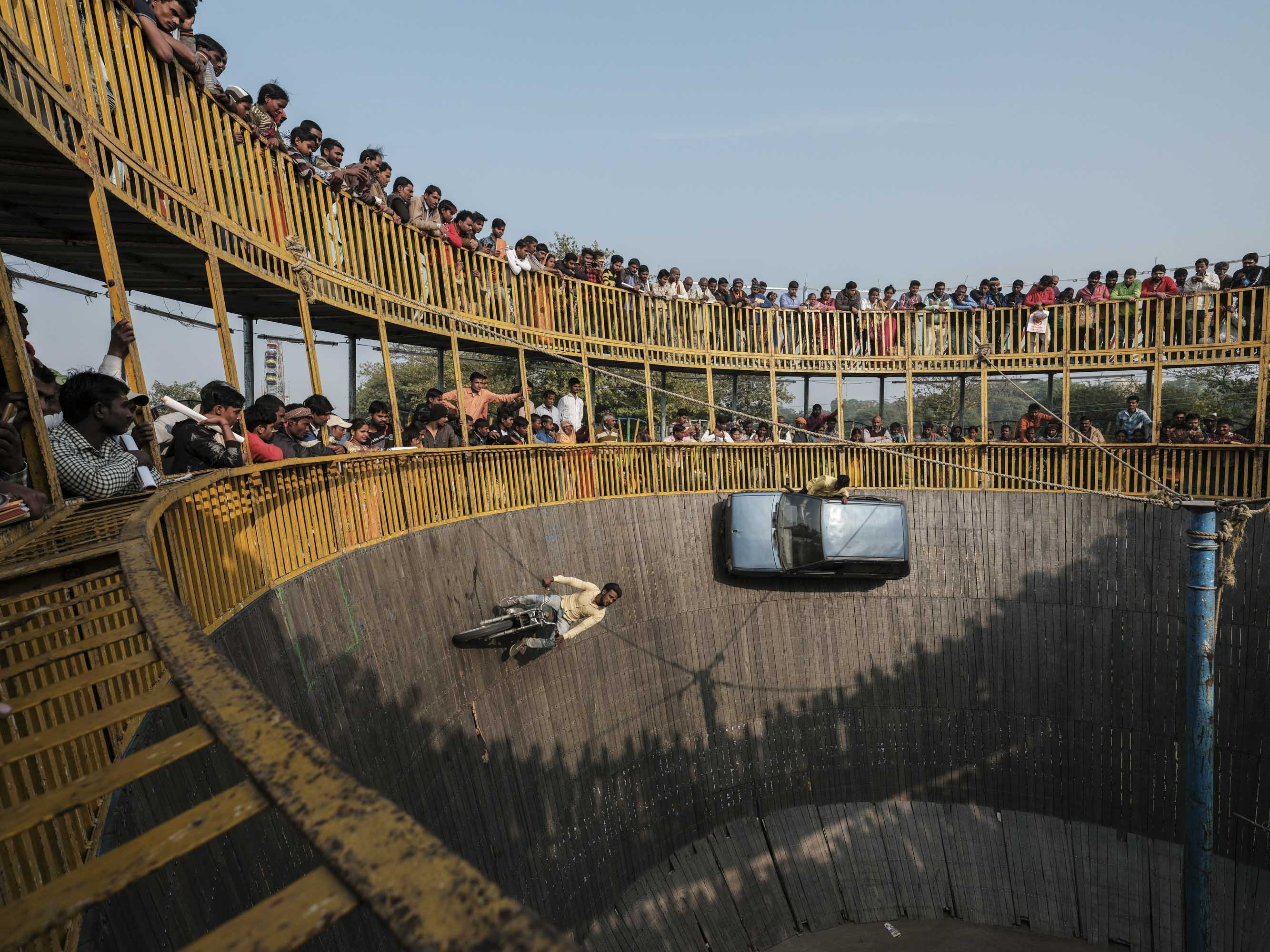 show car death wall people pilgrims Kumbh mela 2019 India Allahabad Prayagraj Ardh hindu religious Festival event rivers photographer jose jeuland photography