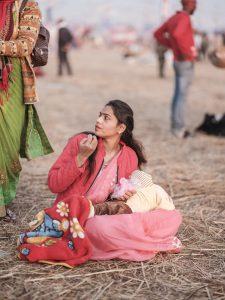 mum and her baby pink pilgrims Kumbh mela 2019 India Allahabad Prayagraj Ardh hindu religious Festival event rivers photographer jose jeuland photography
