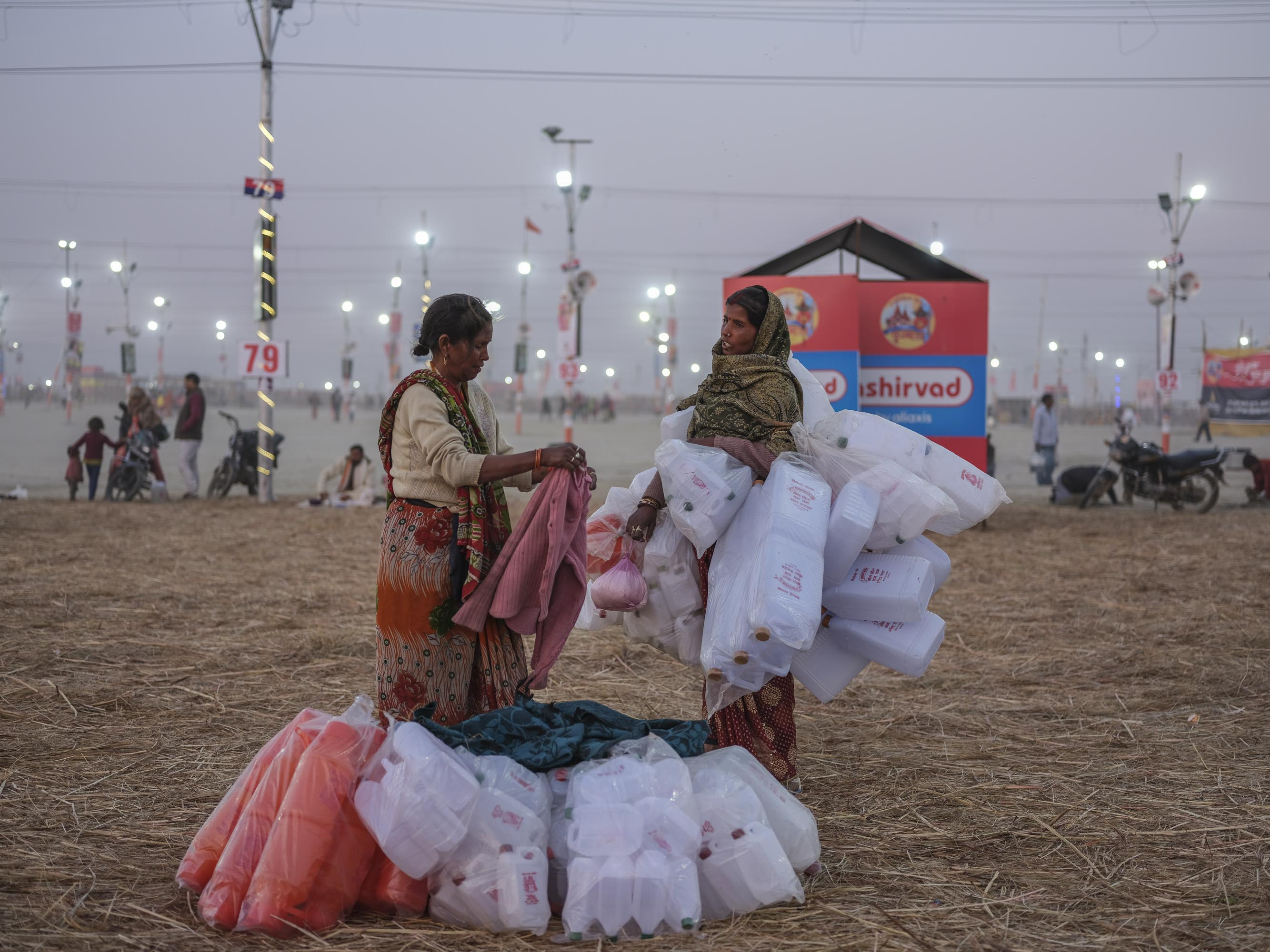 sunset women business pilgrims Kumbh mela 2019 India Allahabad Prayagraj Ardh hindu religious Festival event rivers photographer jose jeuland photography