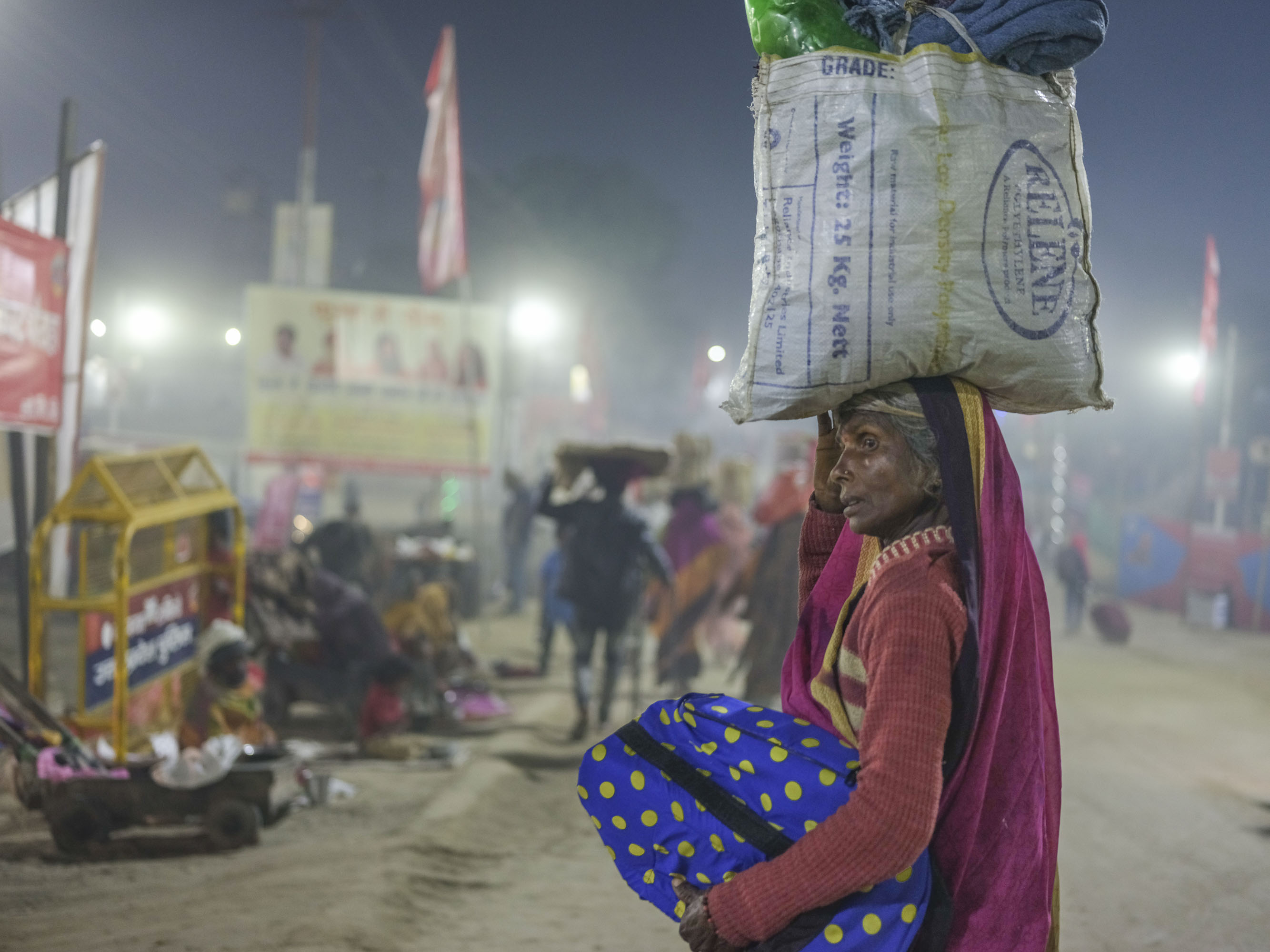 night walk life pilgrims Kumbh mela 2019 India Allahabad Prayagraj Ardh hindu religious Festival event rivers photographer jose jeuland photography